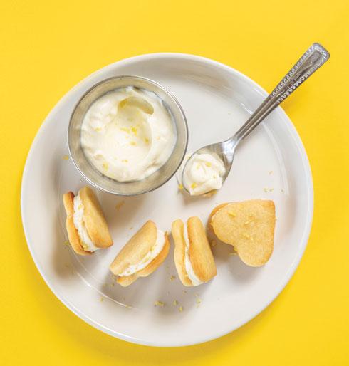 עוגיות סנדוויץ' במילוי קרם לימון (צילום: דני לרנר, סגנון: פסי ברניצקי)