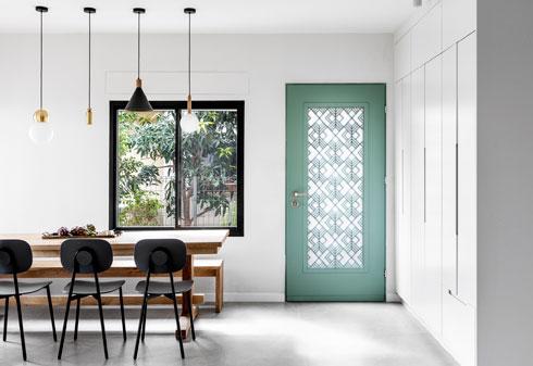 ארונות קיר שימושיים לצד דלת הכניסה (צילום: איתי בנית)