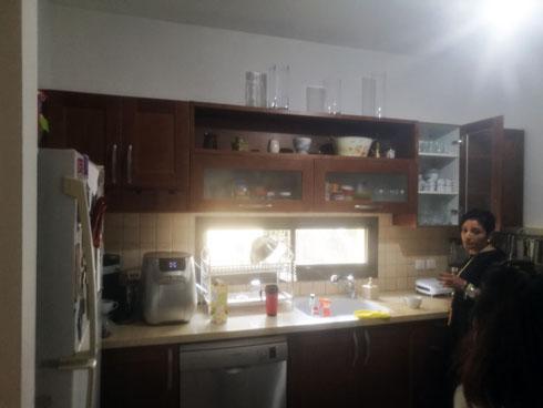 לימור במטבח, לפני השיפוץ. ''מה שהתקלקל - קניתי חדש, וזהו'' (צילום: פרטי)