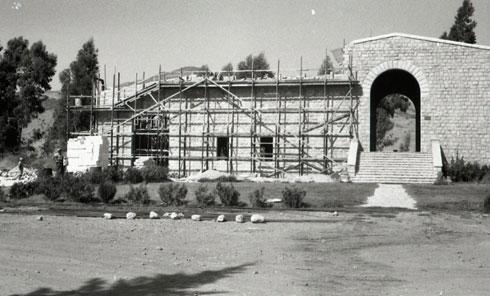 בונים את בית אוסישקין (צילום: ארכיון קיבוץ דן)