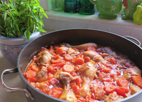 עוף עם ירקות ולימון כבוש (צילום: דינה משה)