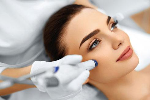 """""""במרכז שלי, עולם חדיש של פתרונות טיפוליים לאקנה ולשיקום עור הפנים, בסיוע של טכנולוגיות מתקדמות ושיטה ייחודית שפיתחתי, המשיבה זוהר ובריאות לעור״  (צילום: Shutterstock)"""