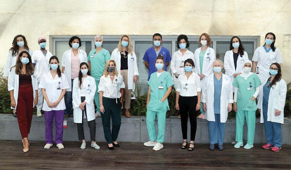 כל הצוות שנדרש לטפל בחולת קורונה אחת (צילום: יריב כץ)