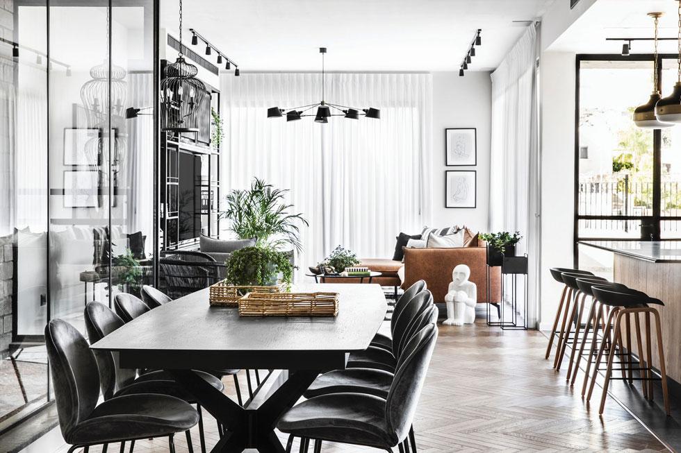 שולחן מעץ אלון מושחר וכיסאות קטיפה  (צילום: איתי בנית)