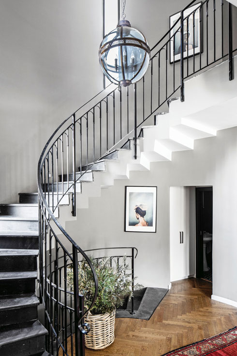 גוף התאורה שמשתלשל מתקרת החלל הכפול, וגרם המדרגות הייחודי  (צילום: איתי בנית)