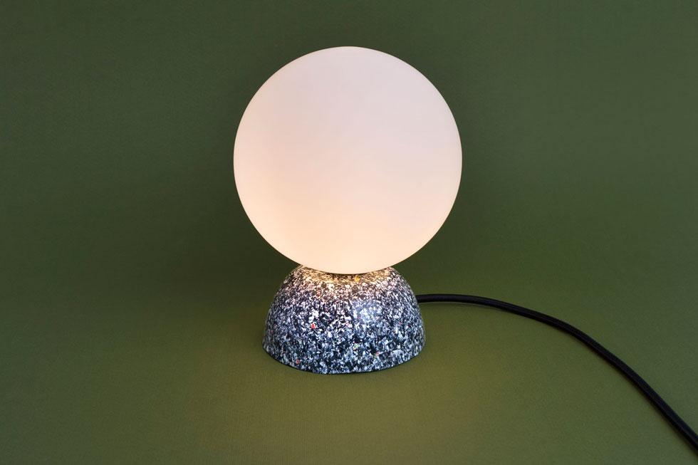 מנורה מתוך הקולקציה החדשה, שכוללת גם פמוטים ומעמדים למראות ולמברשות שיניים (צילום: מיכל לופט)