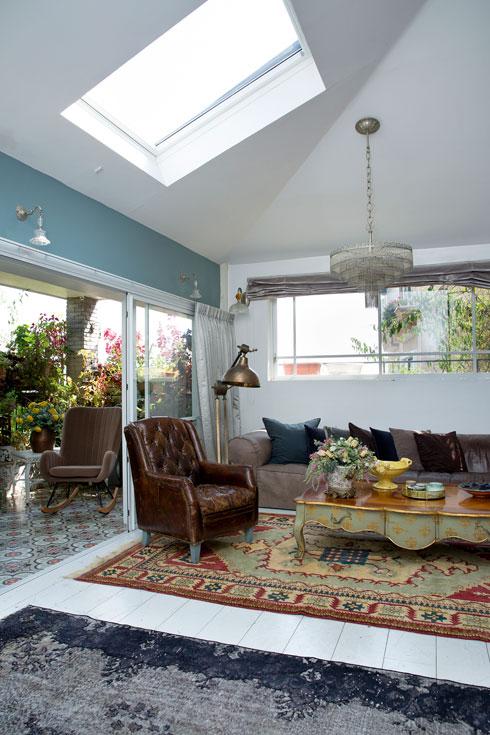 עיצוב אקלקטי בסלון הדירה (צילום: ענבל מרמרי)