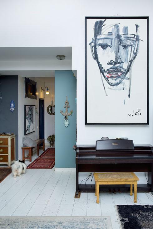דיוקן עצמי של ד'אור מעל הפסנתר בסלון (צילום: ענבל מרמרי)
