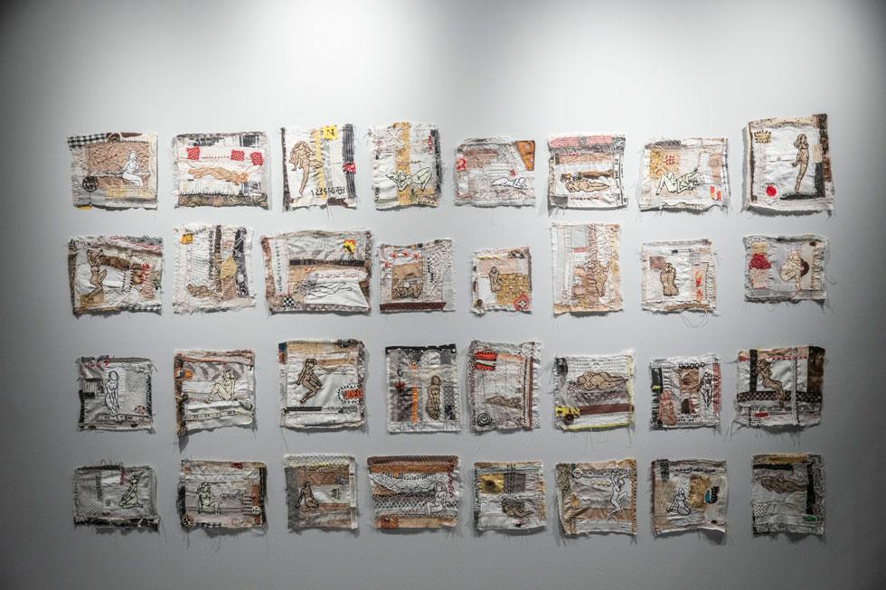 """""""אני רואה בעבודות שלי מלכודת דבש: המפגש הראשוני שלך עם העבודה הוא ויזואלי, זה צבעוני ויפה, אבל ככל שמתקרבים אל הטקסט, העבודה מוליכה אותך לנושאים קשים של אלימות, לאטימות, להשפלה של נשים"""" (צילום: תומר אפלבאום)"""