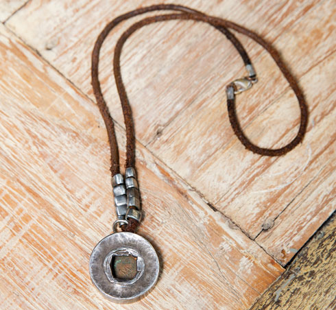 """""""זאת השרשרת הראשונה שעיצבתי, הייתי בת 22 והבאתי אותה במתנה לדוד. התליון עשוי ממטבע עתיק שרכשתי מאספן עתיקות. מאז היא איתו"""" (צילום: ענבל מרמרי)"""