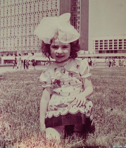 """מילנה אנאש, תמונת ילדות מטשקנט. """"לא בטוחה שהכל היה בטיחותי"""" (צילום רפרודוקציה: אפי שריר)"""