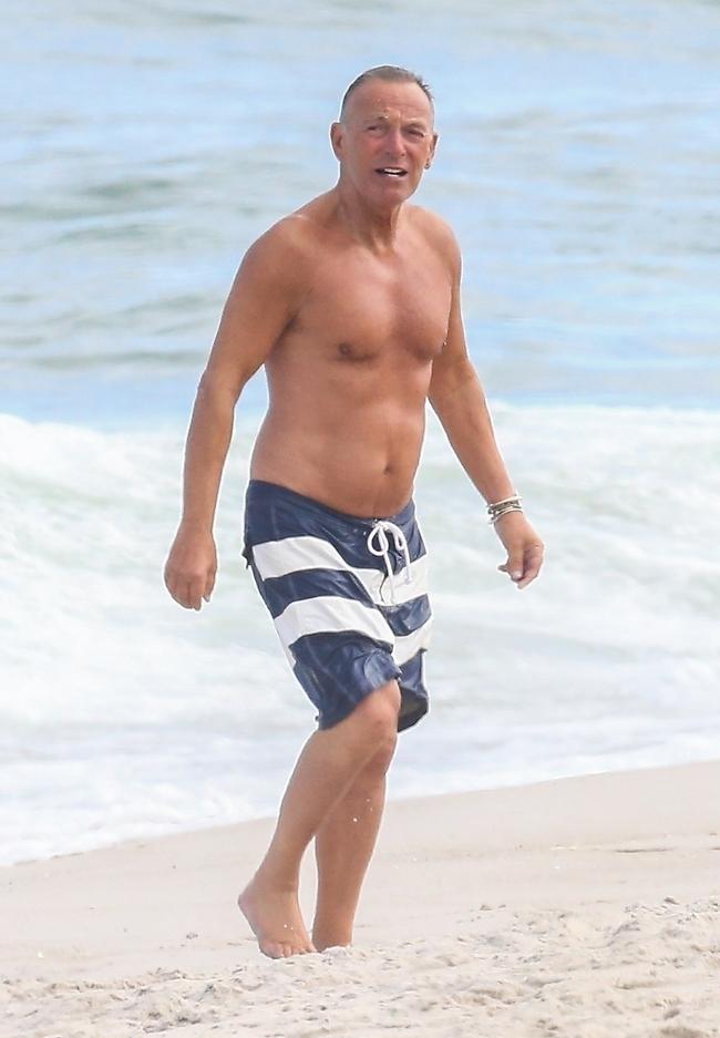"""""""הבוס"""" כבר בן 71. ברוס ספרינגסטין בים (צילום: Backgrid)"""
