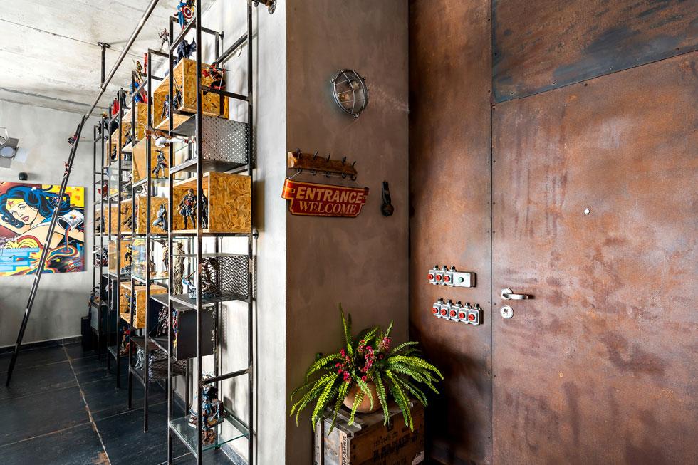 דלת הכניסה כוסתה ברזל ומקור המפסקים במקלטים ישנים (צילום: מאור מויאל)