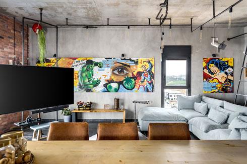 עבודה נוסח גרפיטי על הקיר מלאה בקריצות מההווי המשפחתי (צילום: מאור מויאל)