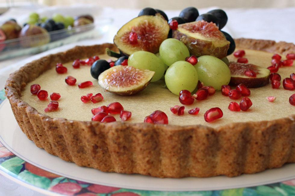 אפשר לאפות את הפירות בעוגה או להניח אותם מעל - בכל מקרה יצא מעולה (צילום: אורה קורן)