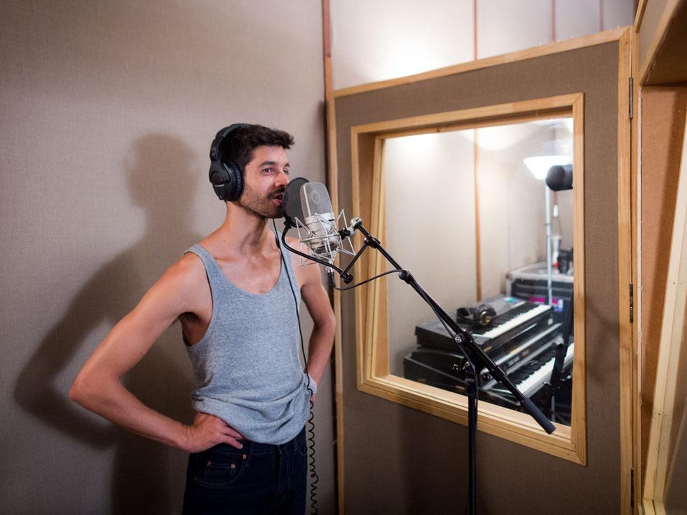 """גבסו באולפן הקלטות, 2014. למטה: אחד משיריו האחרונים, """"יהלומים לבנים"""" (צילום: טל שחר)"""