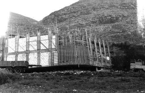 בונים את ''בית צבי'', לזכרו של צבי דר, ממייסדי המשק (צילום: אוסף זיוה ארמוני, ארכיון אדריכלות ישראל)