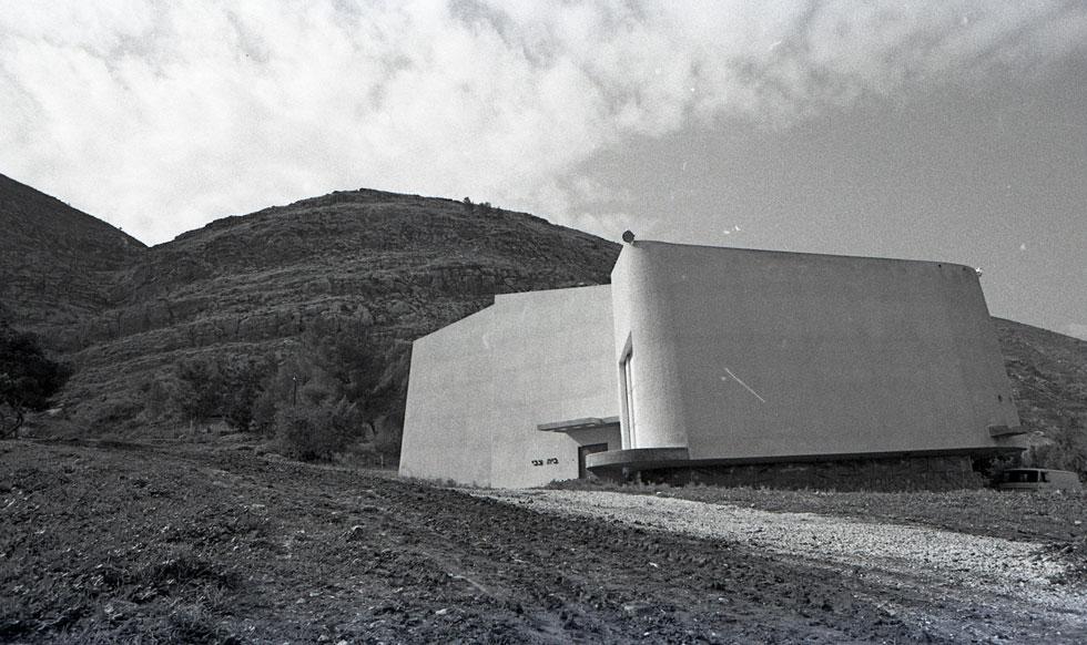 האדריכלית המחוננת הייתה גם צלמת כישרונית, ואחרי שתיעדה את יצירתה הגמורה, התצלום זיכה אותה במוניטין ובהערכה ארוכת-שנים (צילום: אוסף זיוה ארמוני , ארכיון אדריכלות ישראל)