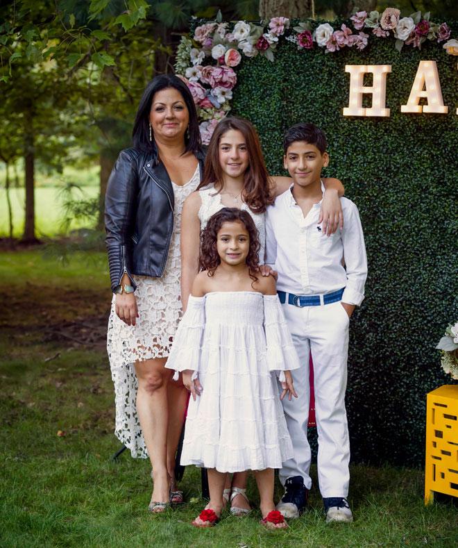"""עם שלושת ילדיה בבת מצווה של הבת, היילי. """"מלמדת אותם לחלום בגדול"""" (צילום: שירן יצחקי)"""