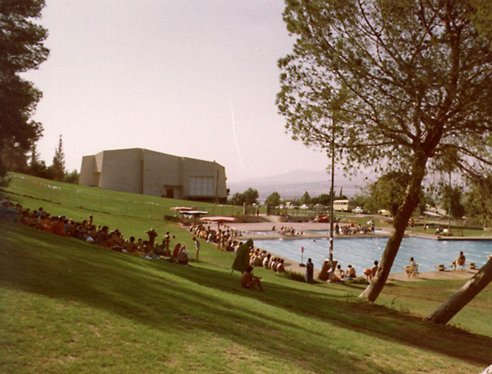 עם בריכת השחייה הסמוכה (צילום: גלוית פלפוט, אוסף זיוה ארמוני , ארכיון אדריכלות ישראל)