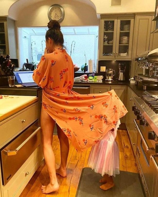 הצצה למטבח (ומתחת לשמלה) (צילום: אינסטגרם)