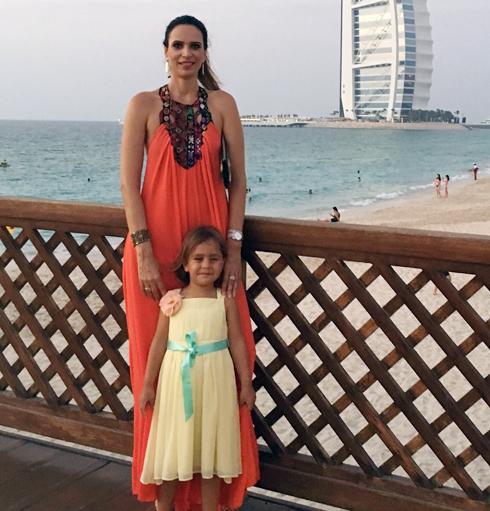 ענבל פאוסט (45), חיה על קו דובאי־חיפה עם בתה, קלואי, בדובאי (צילום: אלבום פרטי)