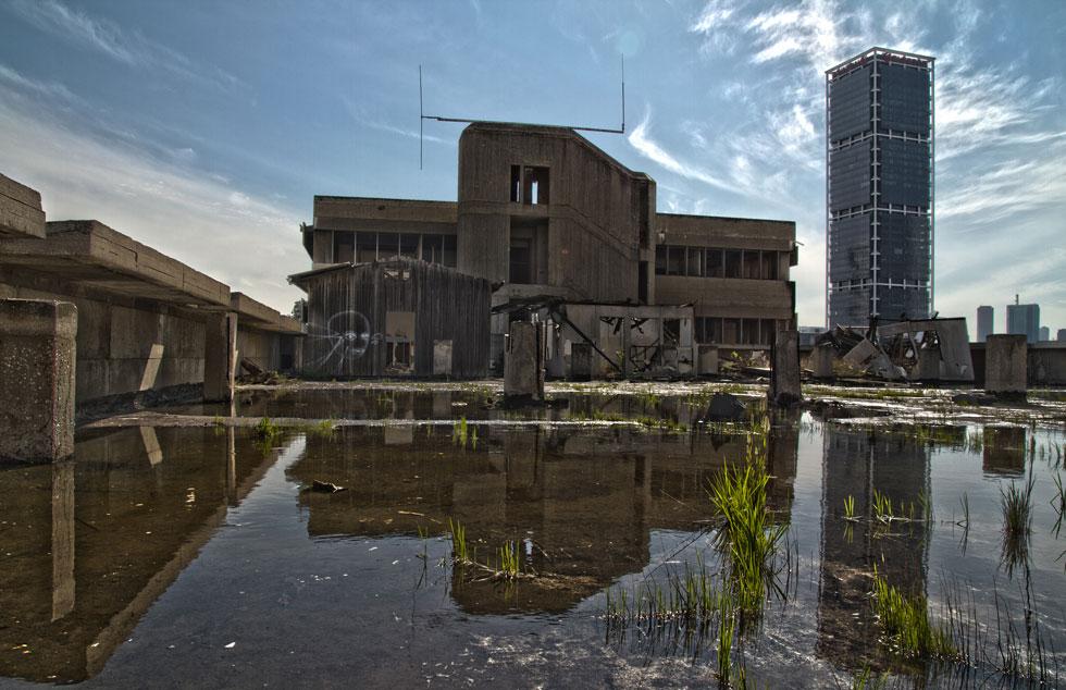 באמצע העיר הגדולה: האדמה המזוהמת מעכבת את פינוי מפעל תע''ש בדרך השלום. לחצו על הקישור כדי לראות עוד ממנו מבפנים (צילום: יניב ברמן)