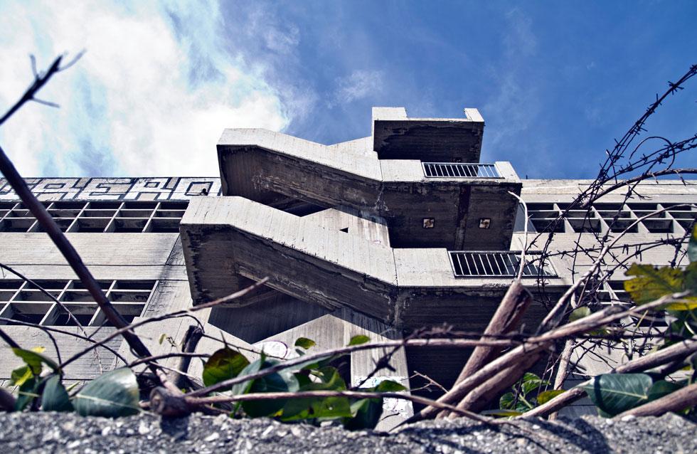 האדריכלות האיכותית והבנייה הקפדנית הותירה את הבניין שלם, למרות כל שנות ההזנחה (צילום: יניב ברמן)