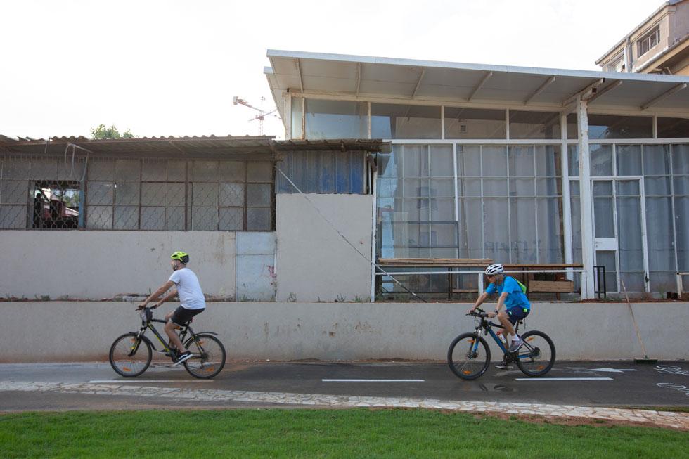 רוכבי אופניים יוכלו, בעיקר כאשר הפארק יושלם במלואו, לרכוב בחצי פרסה בין חוף יפו לחוף גורדון, כשהם עוברים בטבעת השדרות הירוקות (רוטשילד, ח''ן, בן גוריון) (צילום: דור נבו)
