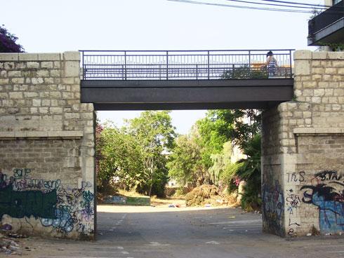 חצר אחורית מוזנחת. גשר שלוש היה כך במשך שנים רבות (צילום: Dr. Avishai Teicher, cc)