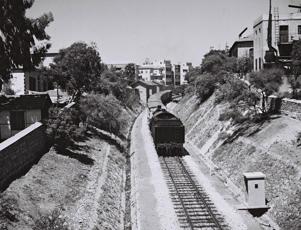 """המסילה העות'מאנית יצאה מיפו (מתחם התחנה של ימינו) לירושלים, כשהיא חוצה כאן וממשיכה לרחוב הרכבת, ומשם ממשיכה הלאה אל ההר (צילום: קלוגר זולטן, לע""""מ)"""