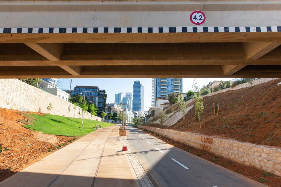 מבט דרך גשר נחושתן על הפארק. השטח הציבורי הראשון שבו משלימה נת''ע את העבודה התת-קרקעית על הקו האדום ומחזירה אותו לציבור (צילום: דור נבו)