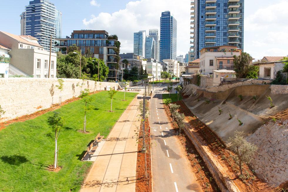 פארק המסילה החדש, כשברקע מגדלי רחוב יהודה הלוי והרצל בתל אביב. המקטע שנפתח הוא באורך 850 מטרים (צילום: דור נבו)