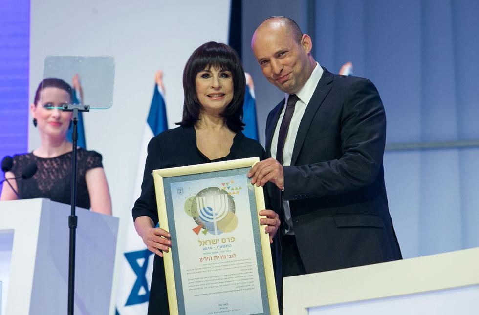 """נורית הירש מקבלת מנפתלי בנט את פרס ישראל, 2016. """"אני רואה חדשות, וזה כואב לי ועושה לי כאבי בטן"""" (צילום: אוהד צויגנברג)"""
