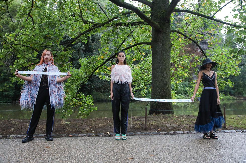 """המותג העולה Koche בעיצובה של קריסטל קוצ'ר קיים תצוגה אינטימית באוויר הפתוח של פארק דה בוט שומון ברובע ה-19 בפריז, תוך שמירת מרחק של שני מטרים בין דוגמן לדוגמנית. """"התצוגה קרובה לטבע, לאנשים, למקום בו אני גרה ולחלומות שהיו לי מאז הקמתי את המותג"""", הסבירה המעצבת (צילום: AP)"""