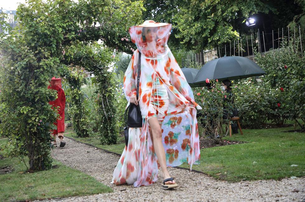 ארבעה ימים לאחר שנערכה התצוגה של בית האופנה קנזו בעיצוב פליפה אוליברה בפטיסטה, הלך לעולמו מייסד המותג קנזו טקאדה בגיל 81 מסיבוכים של מחלת הקורונה. ההדפסים העשירים המזוהים עם בית האופנה יופיעו גם בקיץ הבא, לצד דוגמניות ודוגמנים בכובעים עם רשתות כהלך רוח לריחוק חברתי (צילום: AP)