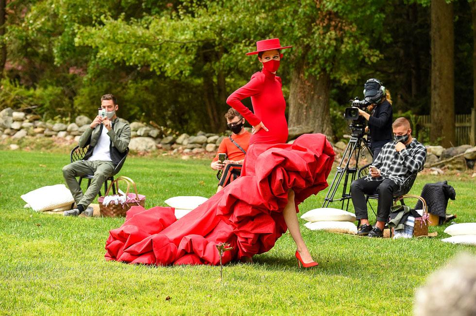 תצוגת האופנה של המעצב כריסטיאן סיריאנו התקיימה בניו יורק תחת כל ההנחיות הנדרשות, כולל דוגמניות עם מסכות וקריאה לצאת להצביע בחודש הבא. את התצוגה חתמה הדוגמנית ההריונית קוקו רושה, בשמלת מקסי אדומה עם כובע ומסכה תואמים, וקפיצה אל הבריכה, שם שחתה על גבה (צילום: Jamie McCarthy/GettyimagesIL)