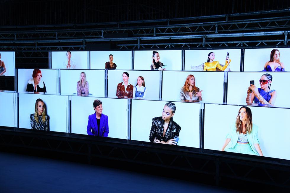 הצורך לשמור על ריחוק חברתי הוביל את בתי האופנה למצוא דרכים יצירתיות לארח את המי ומי בשורה הראשונה, ללא צורך בהתחככות פיזית. בתצוגה של בלמן, למשל, יצרו שורות עם מסכים ששידרו בלייב מפריז ישירות לאורחות כמו קריס ג'נר, אלסנדרה אמברוסיו וקארה דלווין, שצפו בה מבתיהן (צילום: Pascal Le Segretain/GettyimagesIL)