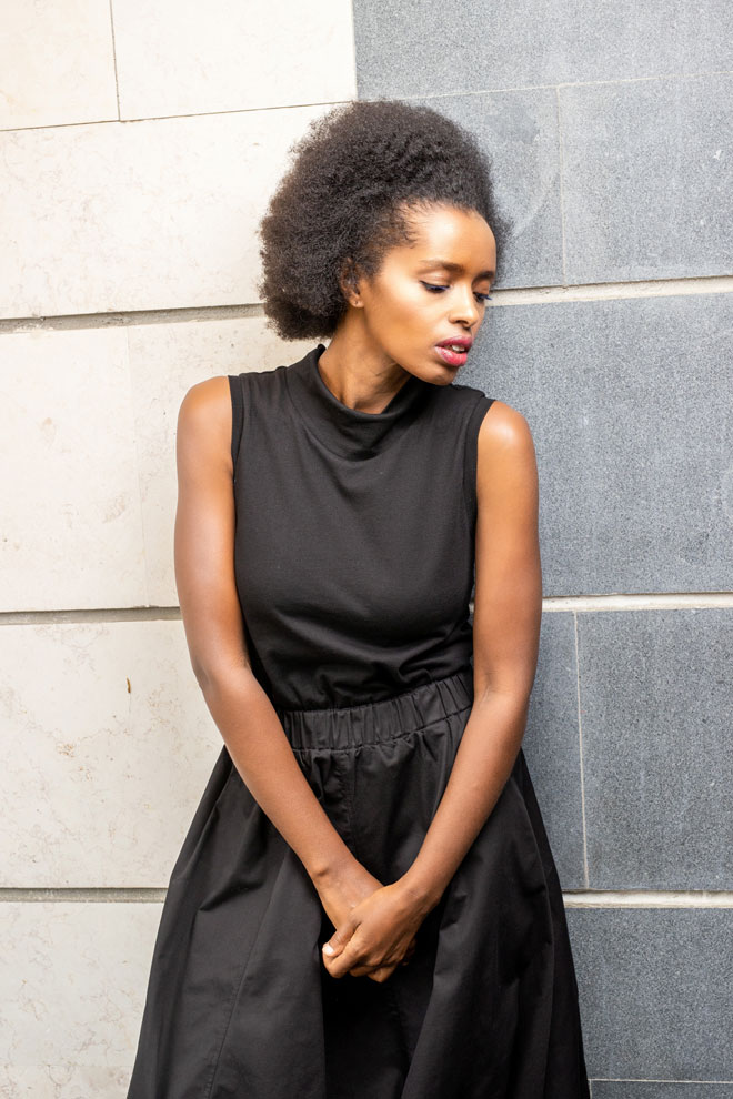 """""""כשאני טבעית, אני הכי בטוחה בעצמי. זה מי שאני. בחיים לא עשיתי החלקה. חברות אתיופיות שלי תמיד הרגישו שאני עושה להן בושות, כי אני לא עושה החלקה. היו מתלחששות סביבי. אלוהים ברא אותי טבעית עם אפרו, אז למה אני צריכה לעשות החלקה?"""" (צילום: טל שחר)"""