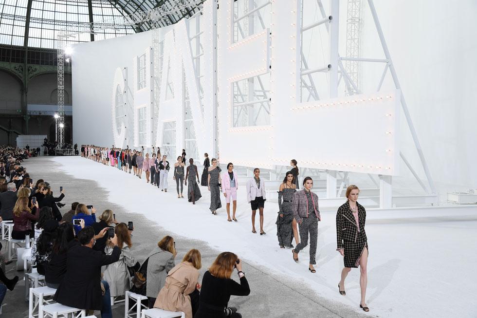 בית האופנה שאנל לא ויתר על התצוגה המסורתית בגראנד פאלה בפריז, אך בניגוד לשנים קודמות, את התפאורה הגרנדיוזית החליף שלט לבן עם שם המותג. רשימת הכוכבות בשורה הראשונה היתה דלה, ומאלפי מוזמנים הגיעו מאות בודדות. עם מיליוני מובטלים חדשים בעולם, מי יכול להרשות לעצמו ללבוש שאנל? (צילום: Pascal Le Segretain/GettyimagesIL)