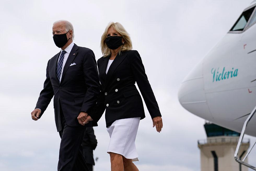 מקפידה על מסכה ומתאימה אותה לבגדים. ג'יל וג'ו ביידן (צילום: AP)
