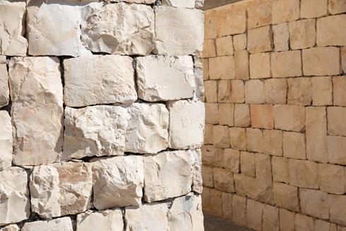 שבילי הולכי הרגל חוצים קירות תומכים המצופים אבן ,ומזכירים תנועה בסמטאות עיר עתיקה (צילום: דור נבו)