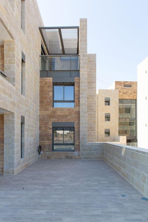 שילוב בין אבן גיר בהירה הטיפוסית לירושלים לבין אבן מצרית בגוון חום-אדמדם (צילום: דור נבו)