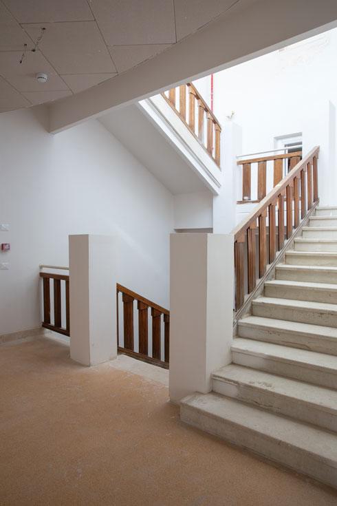 גרם המדרגות במבנה המרכזי אחרי השימור (צילום: דור נבו)