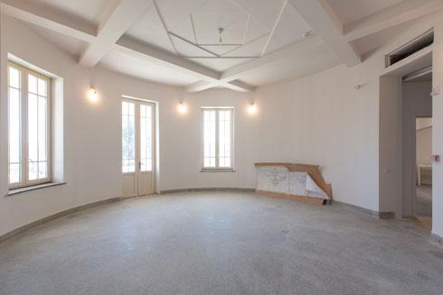החדר העגול בקומת הקרקע של המבנה ההיסטורי: במרכז התקרה משחק צורני שיצר האדריכל יוסף ברלין, באופן שמזכיר את התקרה שעיצב במרכז תקרת בית הכנסת אוהל מועד ברחוב שד''ל בתל אביב (צילום: דור נבו)