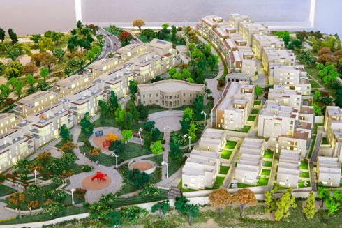 דגם הפרויקט: מימין החלק החדש שלקראת אכלוס, ומשמאל החלק שכבר אוכלס. במרכז רואים את הגן הגדול עם הבניין ההיסטורי (צילום: דור נבו)
