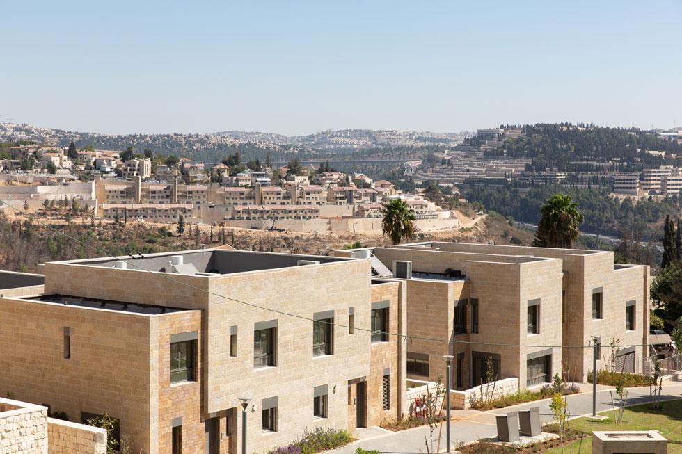 המקבץ הראשון אוכלס ב-2017 עם שתי שורות ישרות של בתים מחופים באבן ירושלמית. הדיירים מגיפים את התריסים כדי לשמור על פרטיות (צילום: דור נבו)