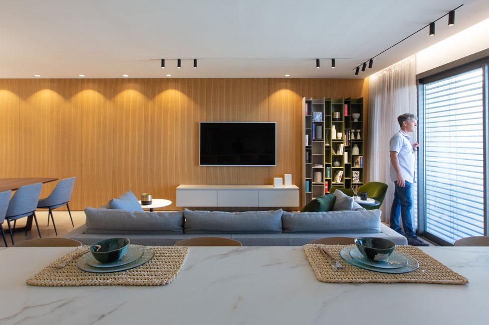 האדריכל בועז ביטמן בדירה לדוגמה של שלב ב' בפרויקט. 4.5 מיליון שקלים לדירת קרקע בת 6 חדרים עם גינה בת 100 מ''ר (צילום: דור נבו)