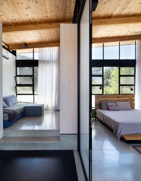 ארון וזכוכית מפרידים בין חדר צפייה זוגי לאזור השינה (צילום: נגה שחם פורת)