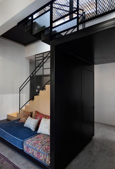דלת מוסווית מובילה לארון בתוך גרם המדרגות (צילום: נגה שחם פורת)